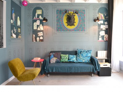decor panoramique coloré bleu avec boiseries et étagères
