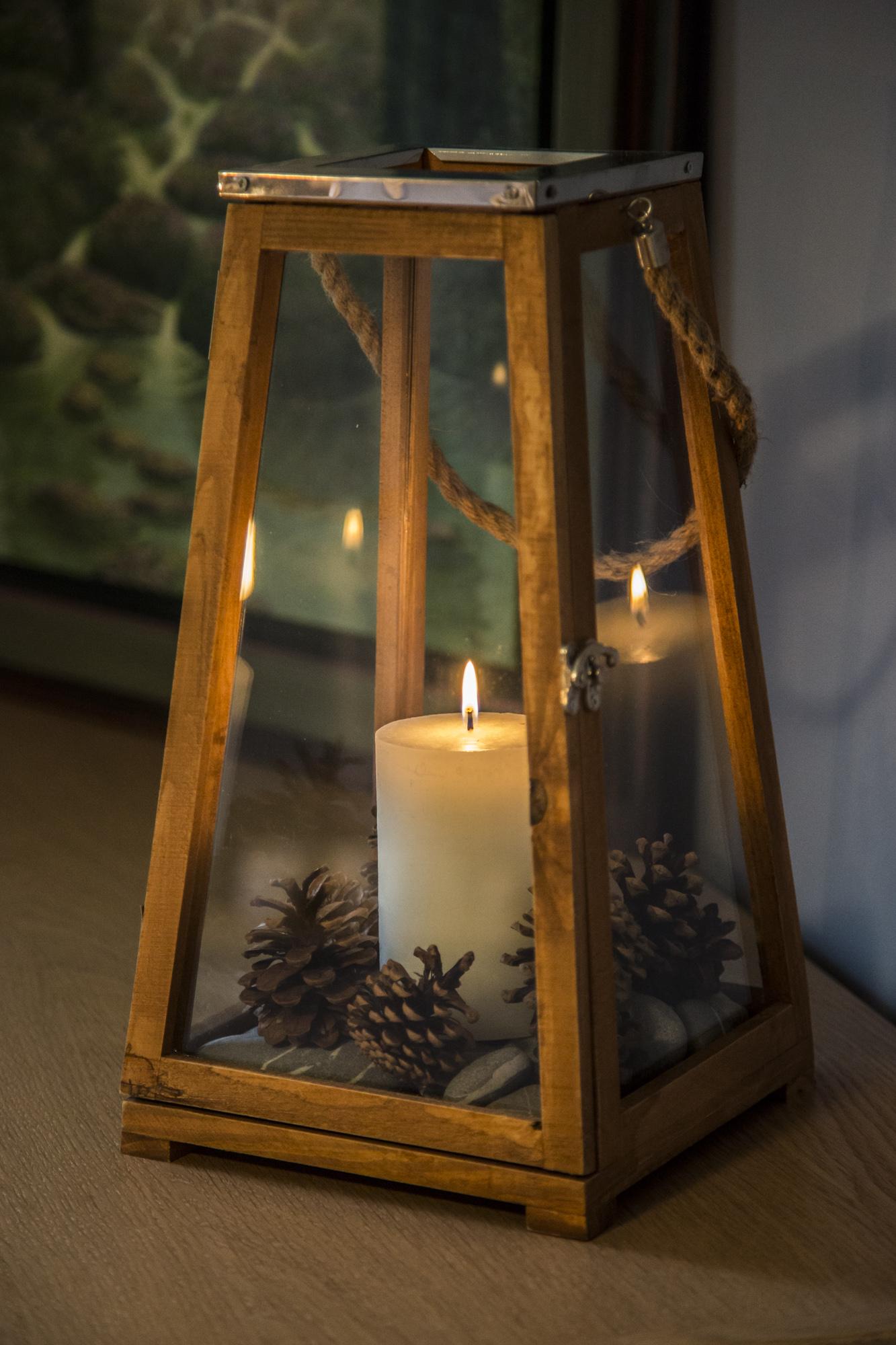 lanterne en bois avec bougie